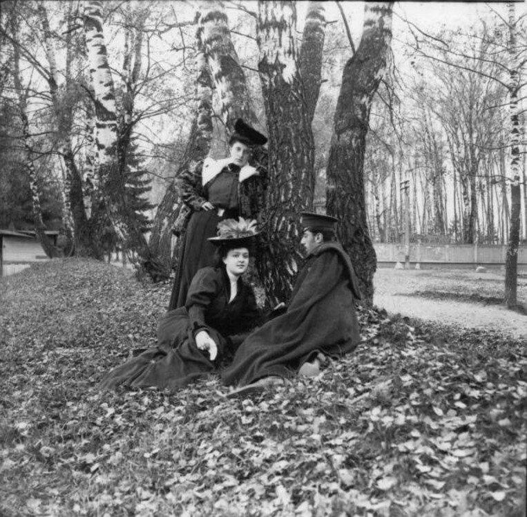 Прогулка в Петровский парк и Соломенную сторожку. «Густя, Тина и Леня сидят на земле. Кругом деревья»