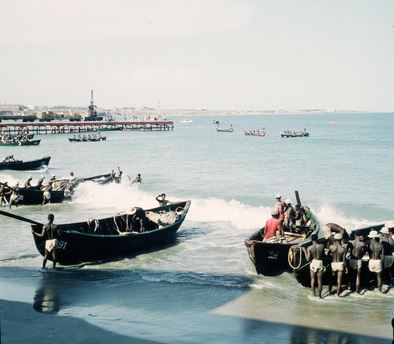 Погрузка и разгрузка прибойных шлюпок на берегу. 20 апреля