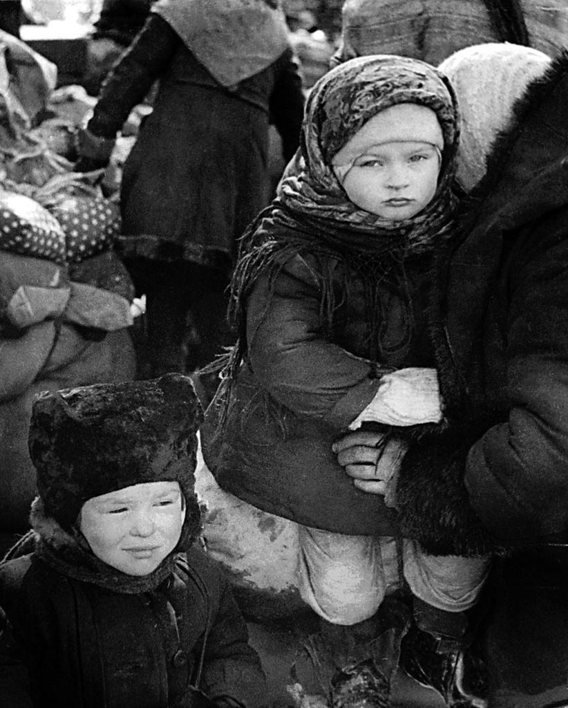 1944. Эвакуируемых везут к железнодорожной станции. Ленинград