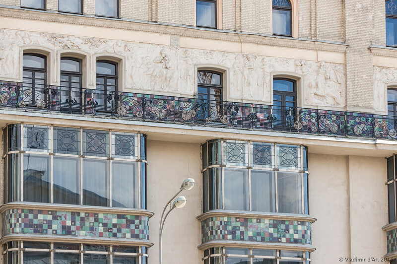 Скульптурный фриз «Времена года», опоясывающий здание гостиницы «Метрополь». Главный фасад здания. Николай Андреев. Стеклянные эркеры.