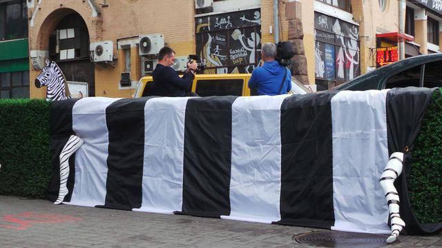 """""""Зебра должна быть здесь!"""": Киевские активисты проложили пешеходный переход возле Бессарабки. ВИДЕО+ФОТОрепортаж"""