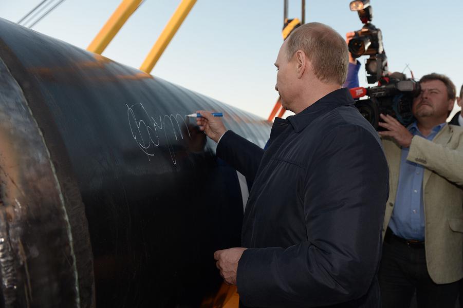 Путин подписывает газопровод.png