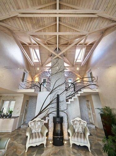 038 холл потолок, ограждения лестницы, камин и каминная труба, натуральны камень, деревянный потолок, интерьер