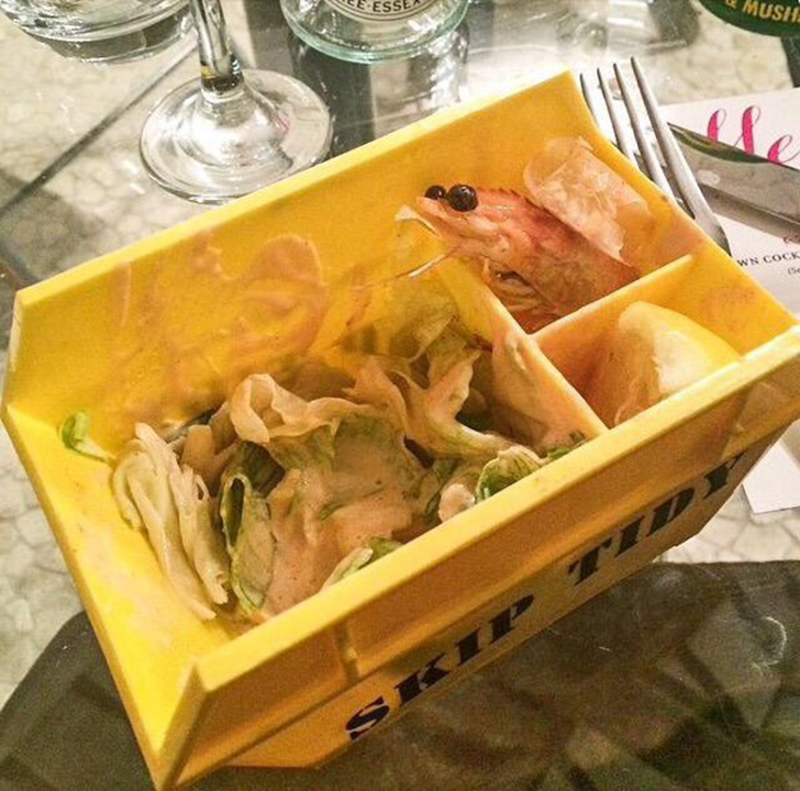 Салат-коктейль с креветками зачем-то положили в грубый пластиковый ящик. Это намек?.. — We Wan