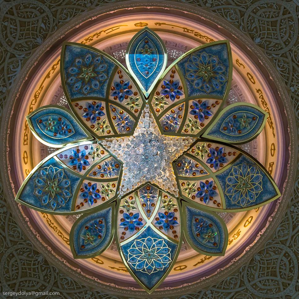 Везде полки с кораном. Кстати, под ногами тот самый иранский ковер. Площадь его превышает 5,5 тысяч