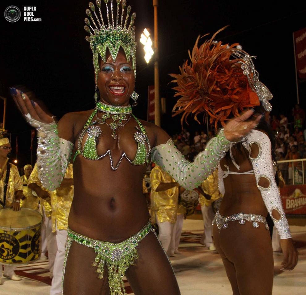 Наряды большинства участников карнавала лишь немного прикрывают интимные места. (STR/AFP/Getty I