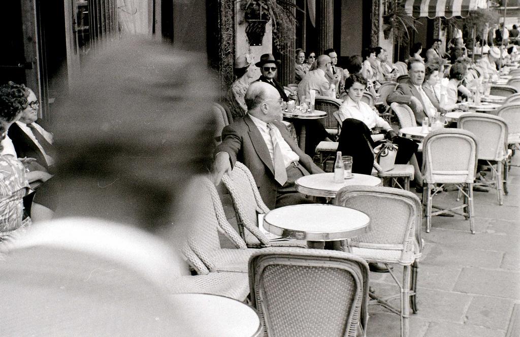 На экскурсию в Париж: столица Франции в объективе фотографа-любителя в 1955 году