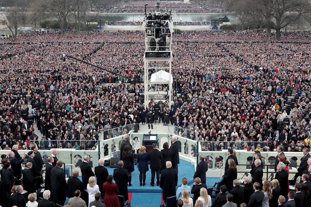 21. Присяга Дональда Трампа в качестве 45-го президента Соединенных Штатов происходит на Западн