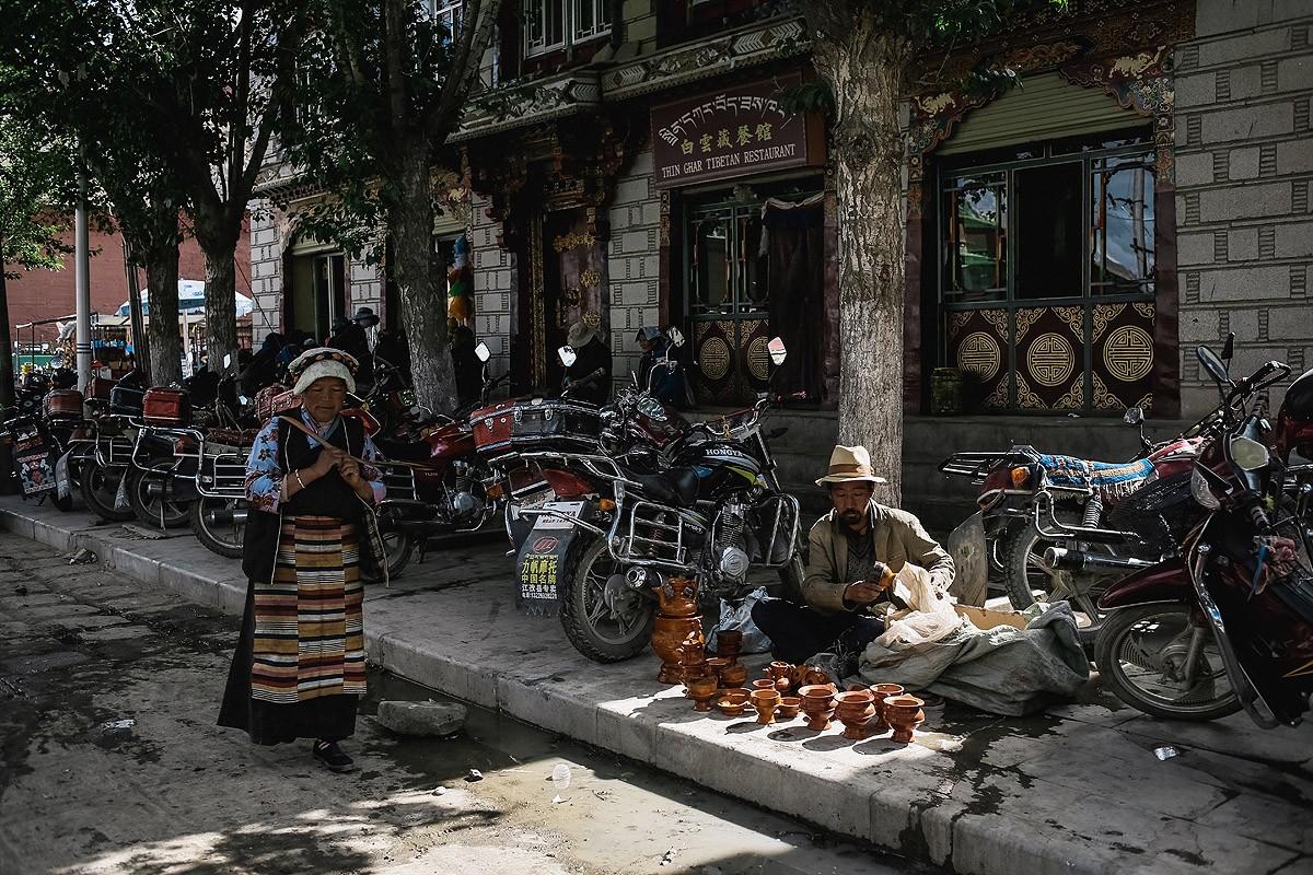 8. Торговля идет не только в магазинах. Кто-то продает свои товары прямо у дороги.