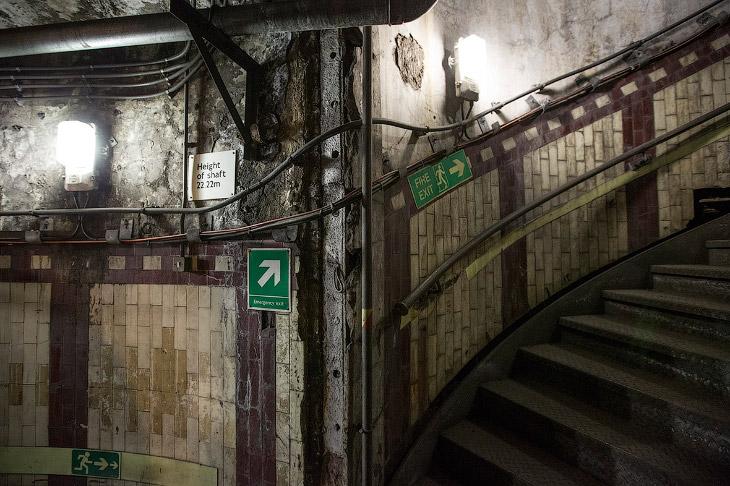 2. Станция Даун-Стрит была станцией линии Пиккадилли Лондонского метрополитена, которая была открыта