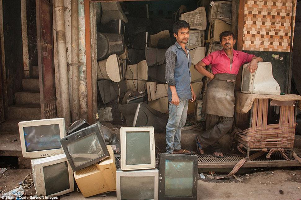 Среди мусора здесь есть телевизоры, компьютерные экраны, мобильные телефоны и холодильники.