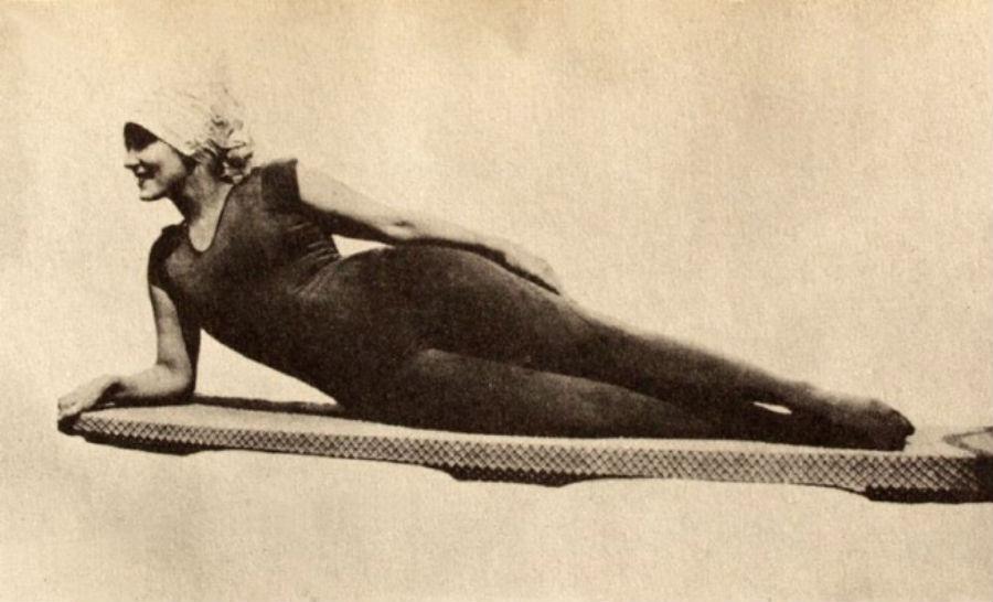 Аннет Келлерман, профессиональная пловчиха, актриса и писательница, шокировала публику, появившись в