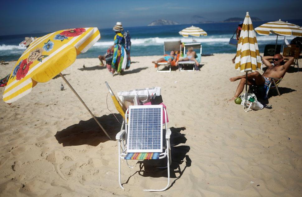 Вид на пляж Ипанема. Кто-то заряжает здесь солнечную батарею.