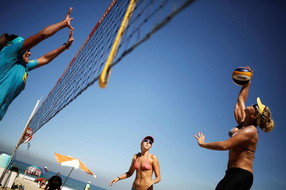 Другие предпочитают пляжный волейбол.
