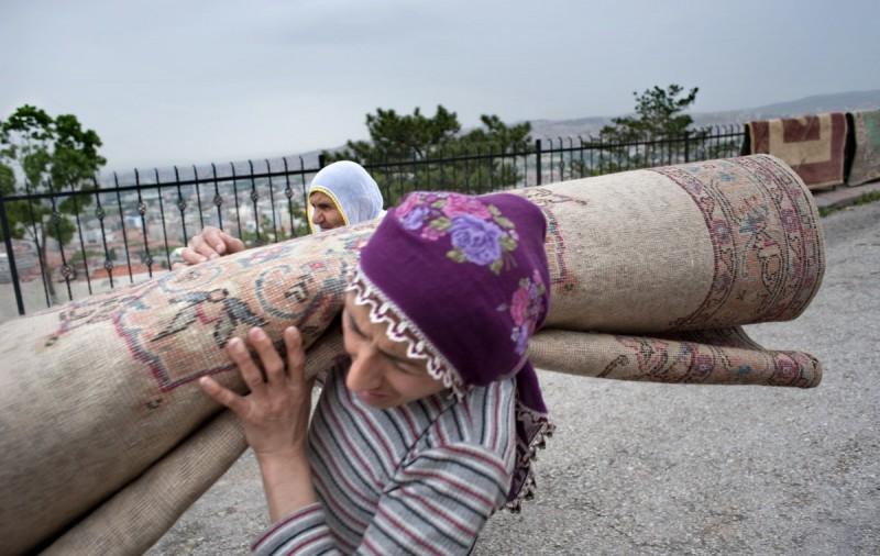 Девушка помогает матери нести домой ковер. Анкара, Турция.