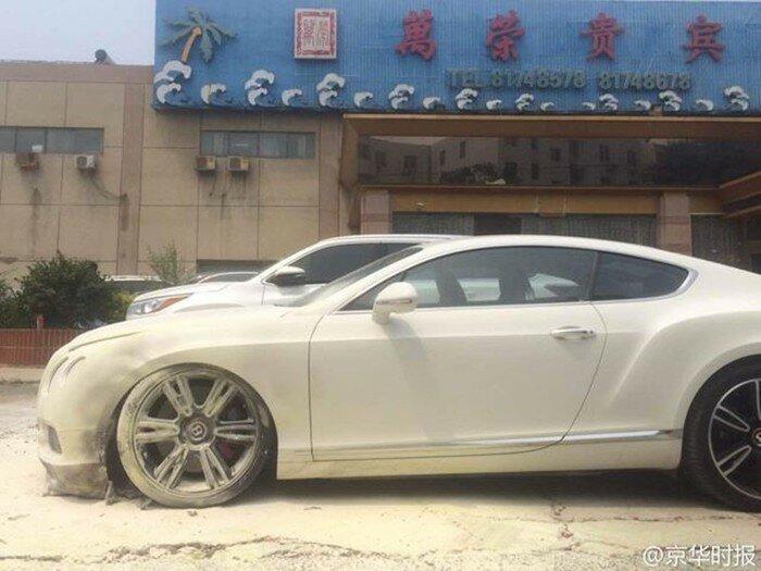 В Пекине из-за петарды сгорел свадебный «Бентли»