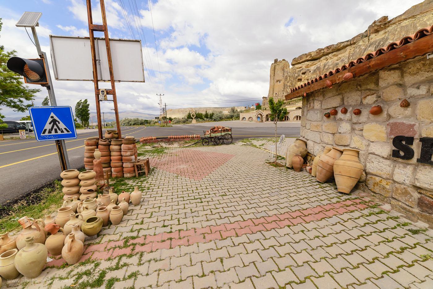 Фотография 29. На окраине поселка Чавушин (Çavuşin). Красный флаг установлен около входа в музей с церковью в скале.