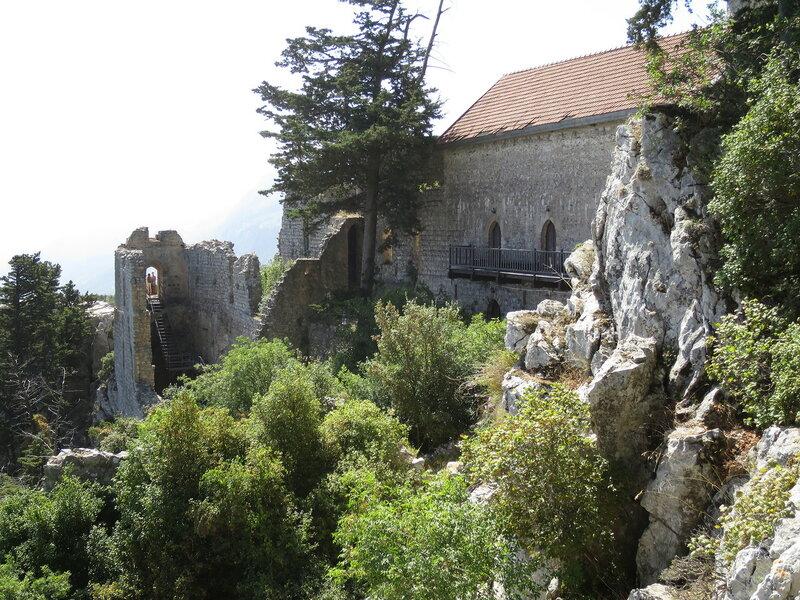 Св. Илларион. Вид на юго-западную сторону среднего замка