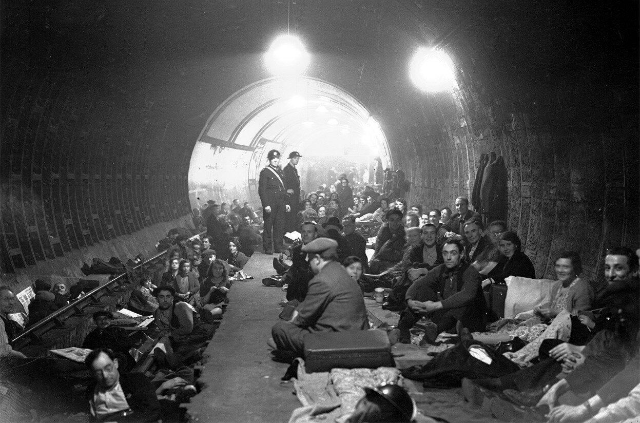 1940. Жители Лондона пережидают бомбежку на станции метро «Олдвич»