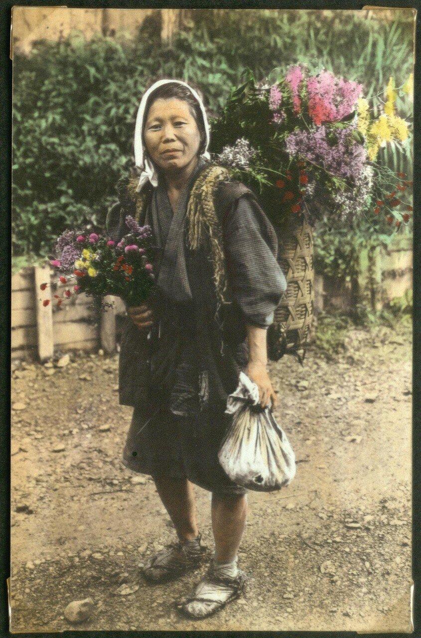 Женщина с цветами в корзине