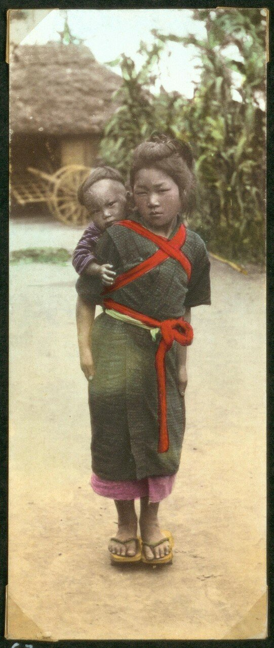 Девочка с ребенком на спине