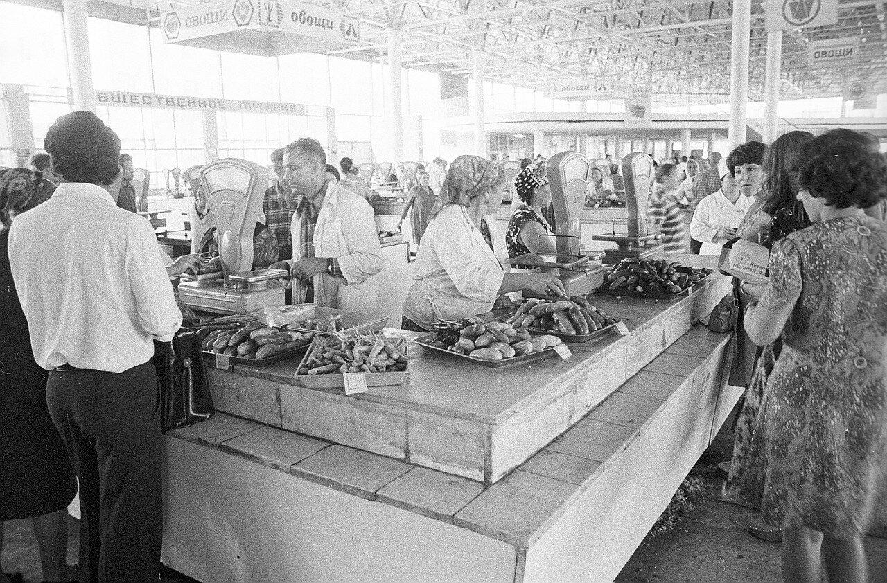 Овощной ряд на рынке в Волгограде