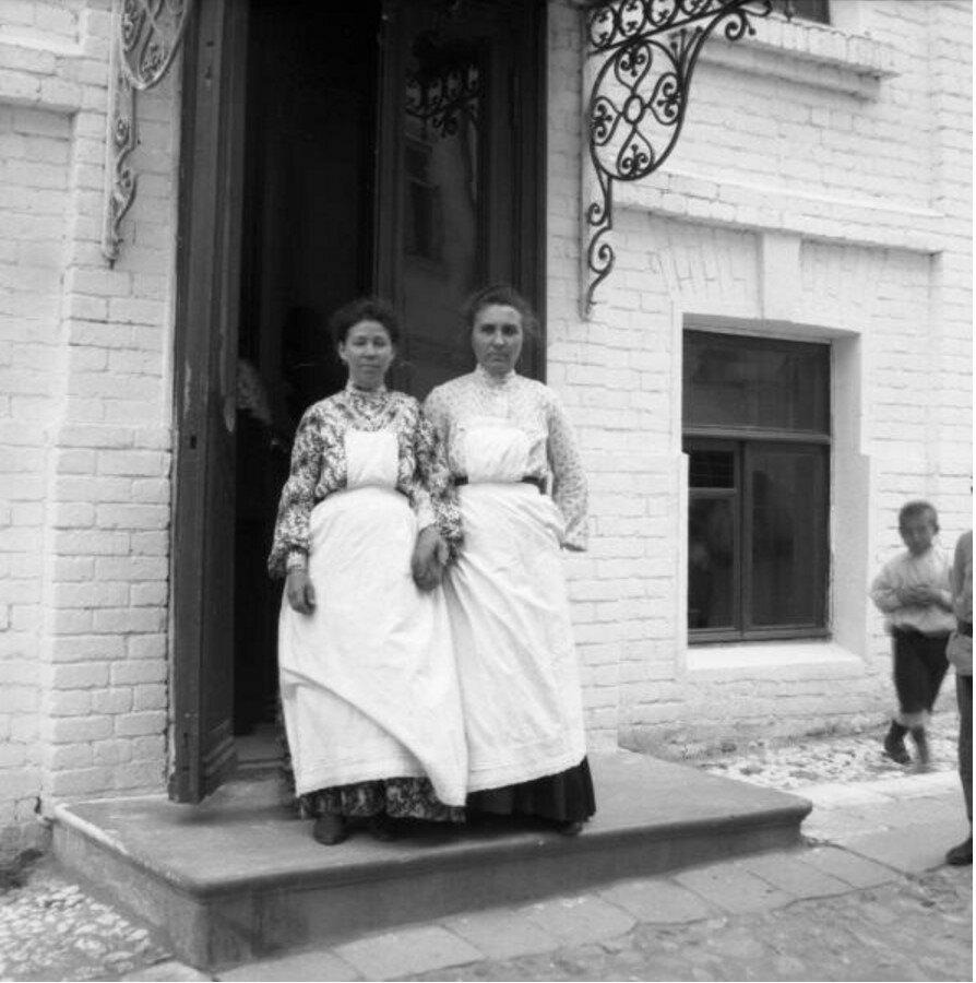 1904. Настя и няня Женечки во дворе дома Кирхгоф