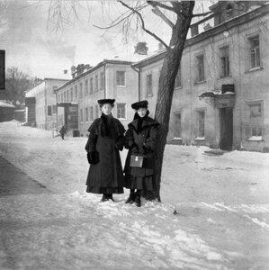 1904. Рая и Женя около дерева дома Малютина