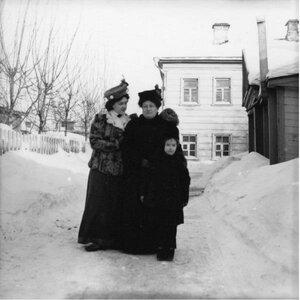 1900-е. Мадам Сапир и Люба с Густей во дворе в Грузинах