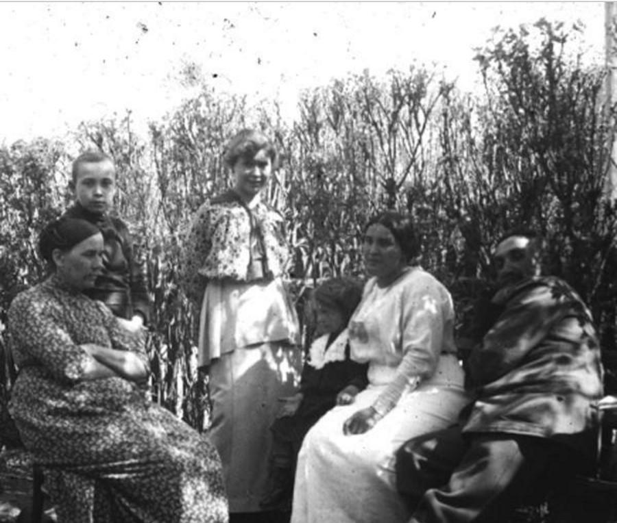 Группа людей в палисаднике