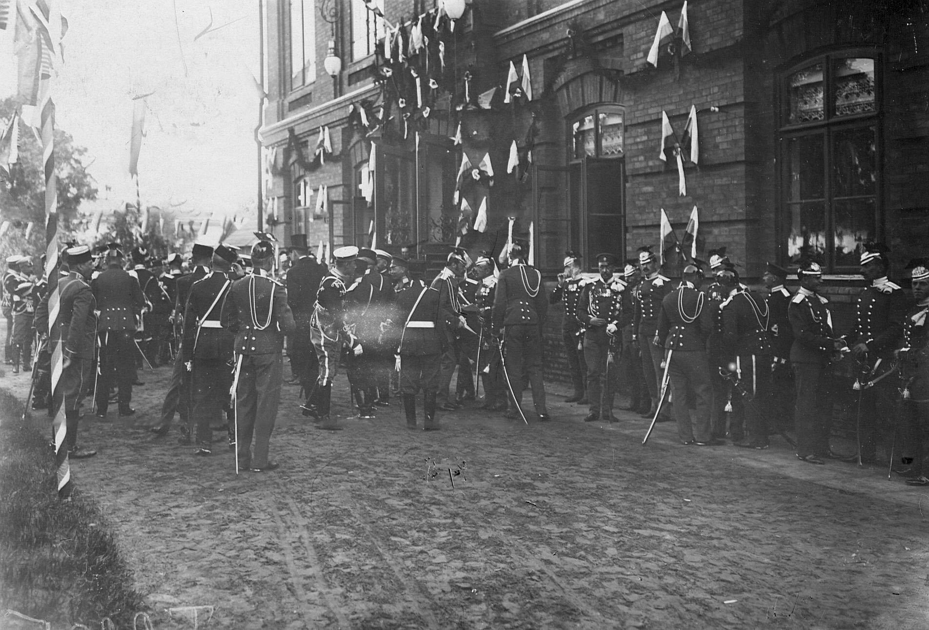 Офицеры, прибывшие  на празднование 250-летнего юбилея полка, у входа в офицерское собрание