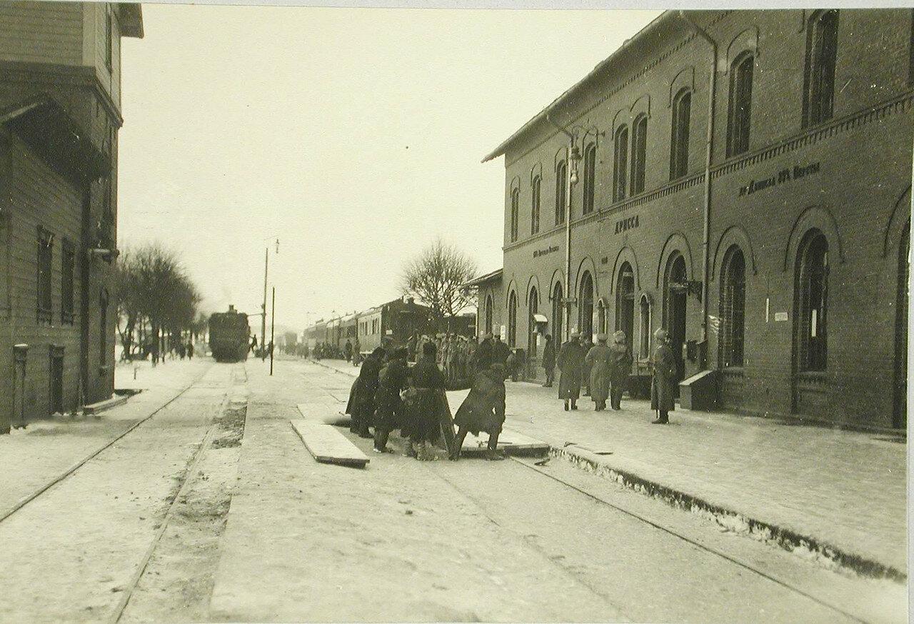 01. Вид здания вокзала и железнодорожных путей