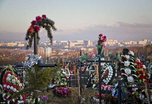 Воры закопали украденную сумку на кладбище