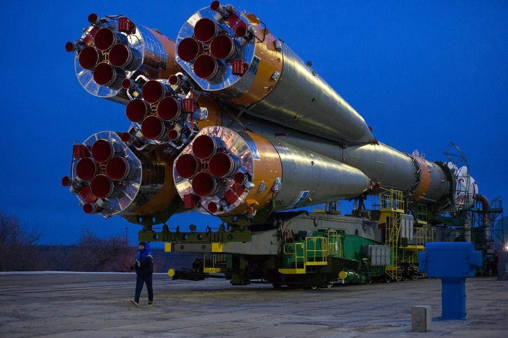 5. Следующий этап — подъем ракеты в вертикальное положение на стартовой площадке Байконура. (Фо