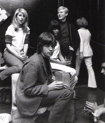 Виктор Цой в Ленинградском рок–клубе у афиши группы «Кино», СССР, 1980-е.
