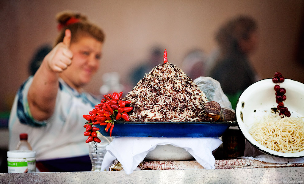 40. Даже в самых пафосных районах Ташкента всегда можно угоститься самсой из настоящего тандыра