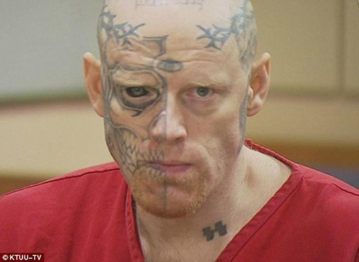 Сильно татуированный мужчина с закрашенным глазным яблоком попал в тюрьму на 22 года по обвинению в