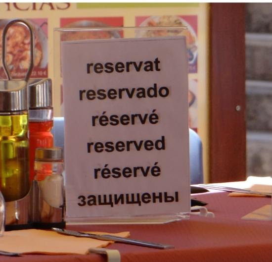 Защищенный столик вкаталонском кафе.