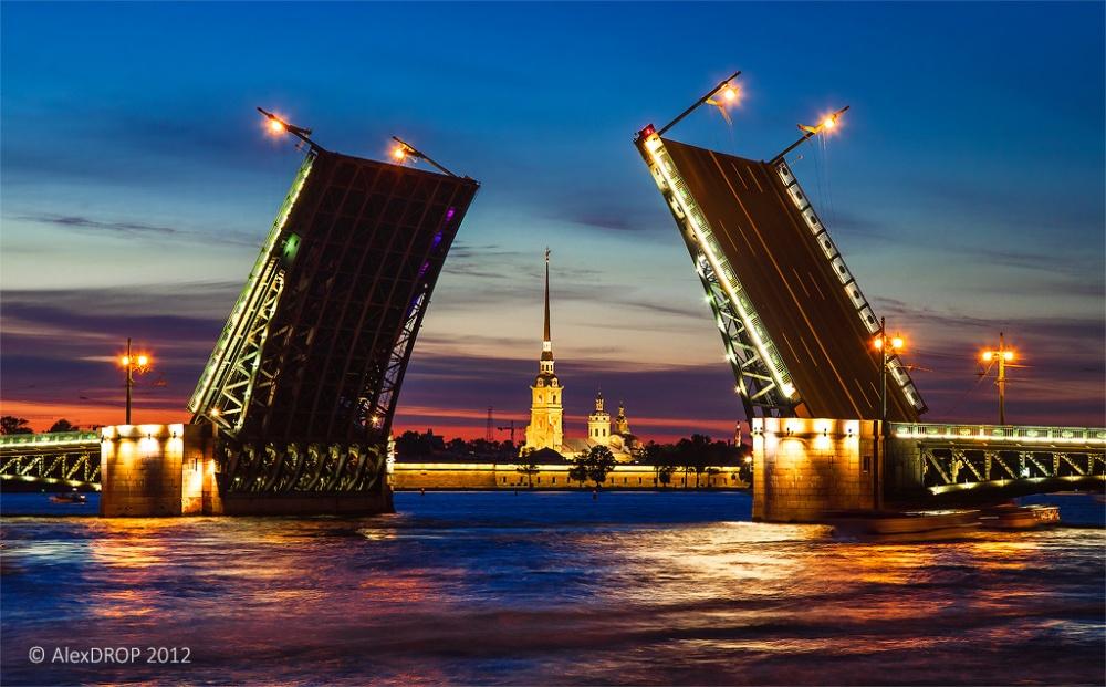 Ночью можно насладиться зрелищем разводных мостов, которые давно стали визитной карточкой города.