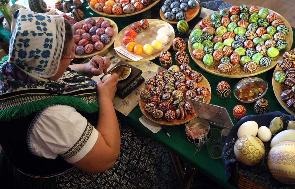 3. Керстин Хануш украшает яйца на ежегодном пасхальном рынке в городе Шлайфе. (Photo by Adam Berry)