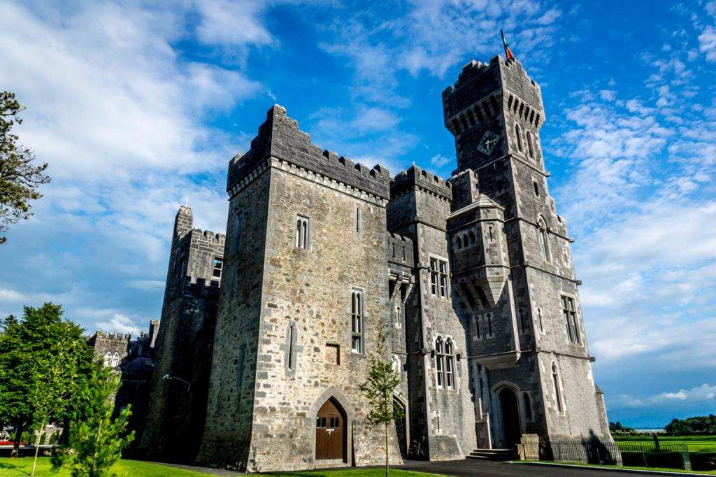 Ирландия. Замок Эшфорд. Здание было построено в 1228 году. На сегодняшний день здесь расположены