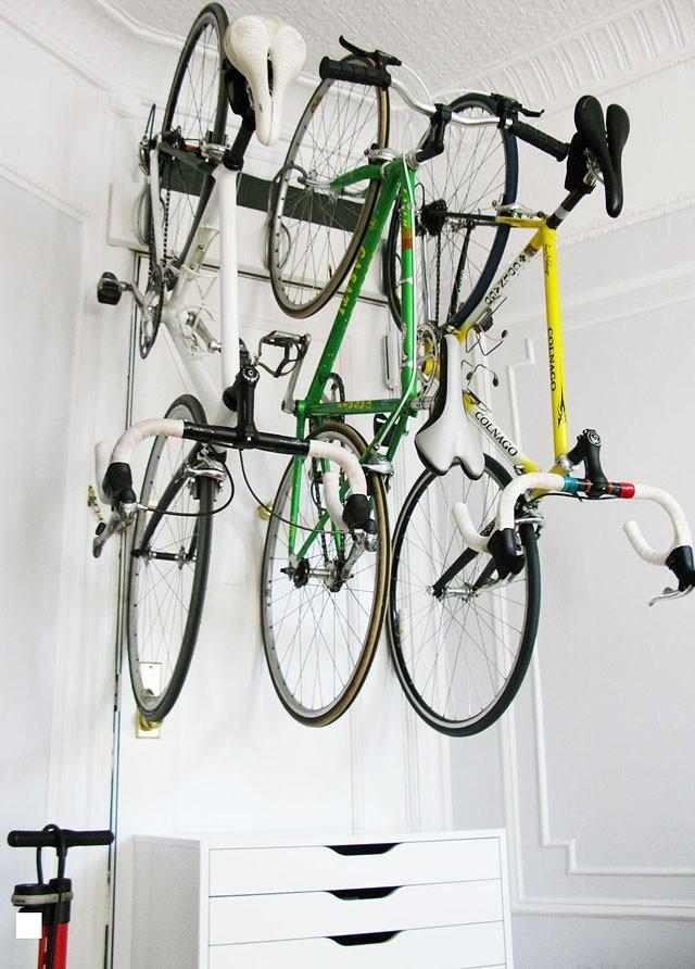 На такой стойке помещаются три велосипеда.