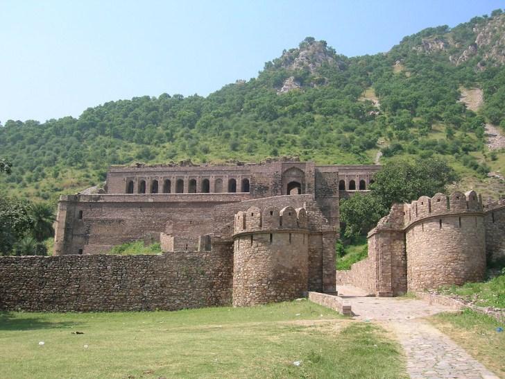 20. Заброшенный город Бангар Это одно из самых жутких мест в Индии, что не останавливает туристов, с