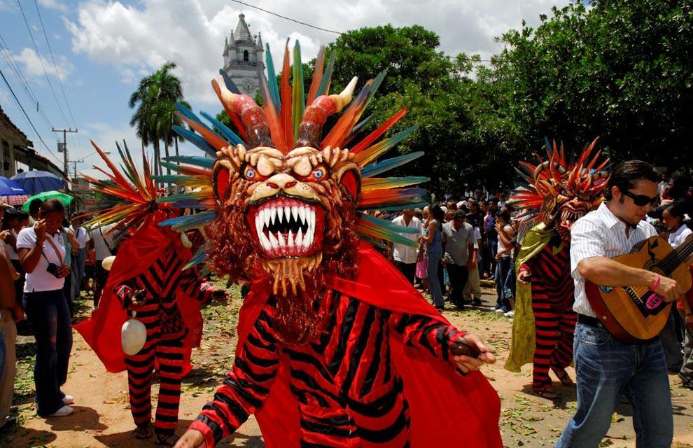 7. Популярный панамский персонаж Диаблико Суцио (Грязный Дьявол) принимает участие в параде.