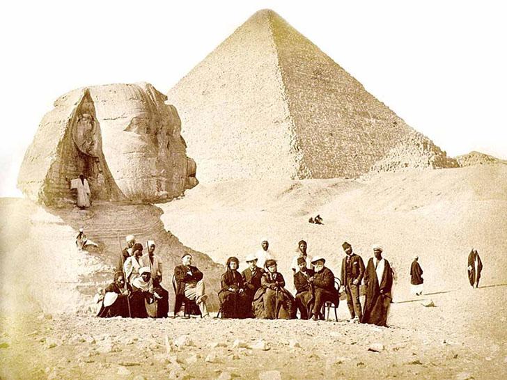 Большой сфинкс в Гизе в 1871 году. На фотографии позируют французский египтолог Огюст Мариет и импер