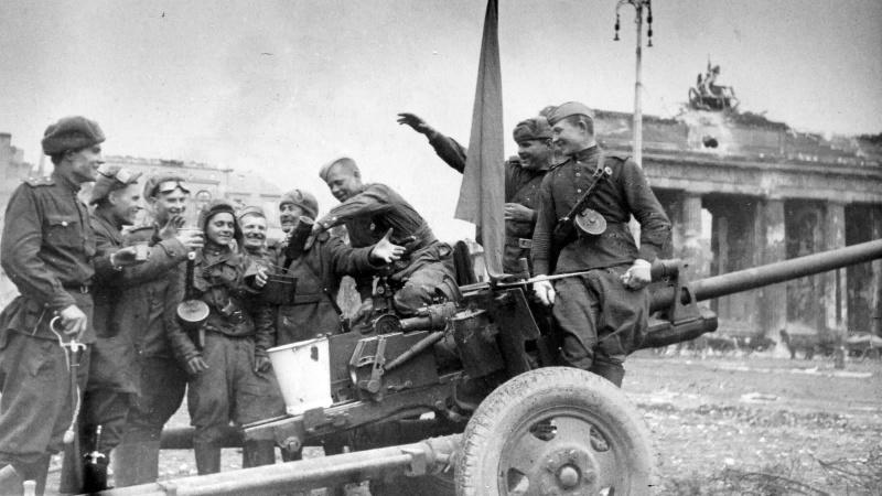 Артил., танкисты и пехотинцы отмечают Победу у Бранденбургских ворот. 05.45.jpg