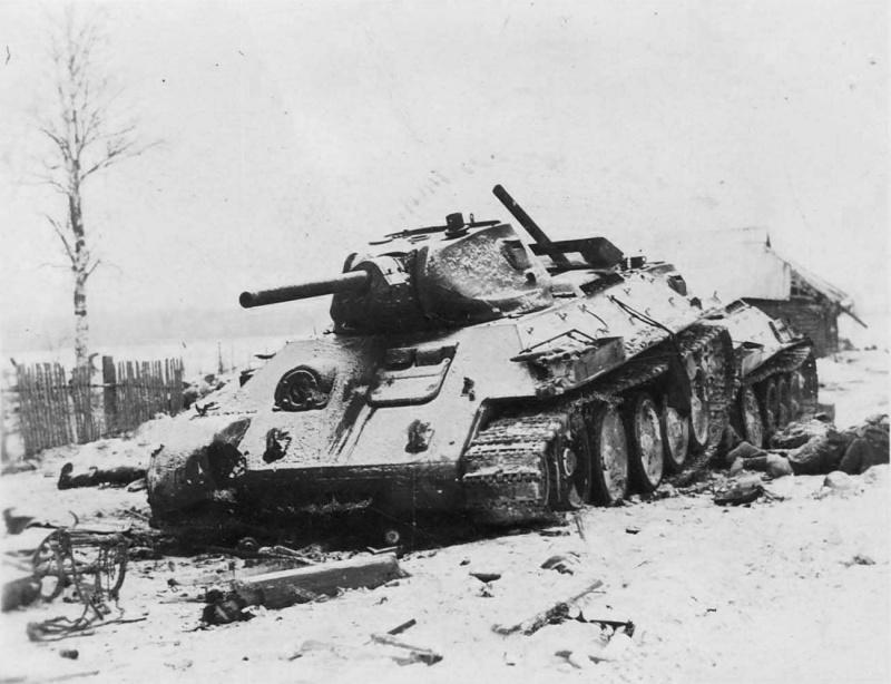 2 подб. Т-34 и тела убитых красноармейцев в деревне под Москвой. 41.jpg