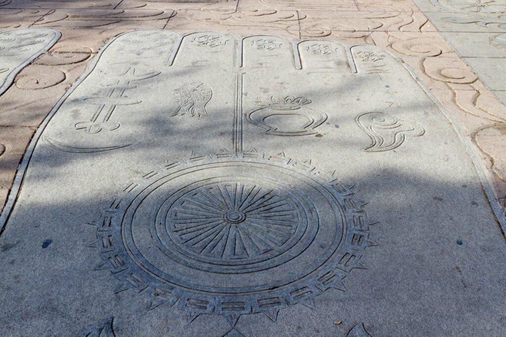 Буддийские символы, вписанные в ступню, Бадачу