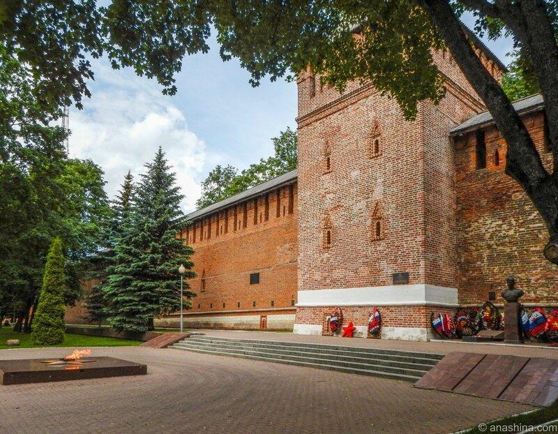 Вечный огонь и могила Героя Советского Союза М.А. Егорова около башни Донец