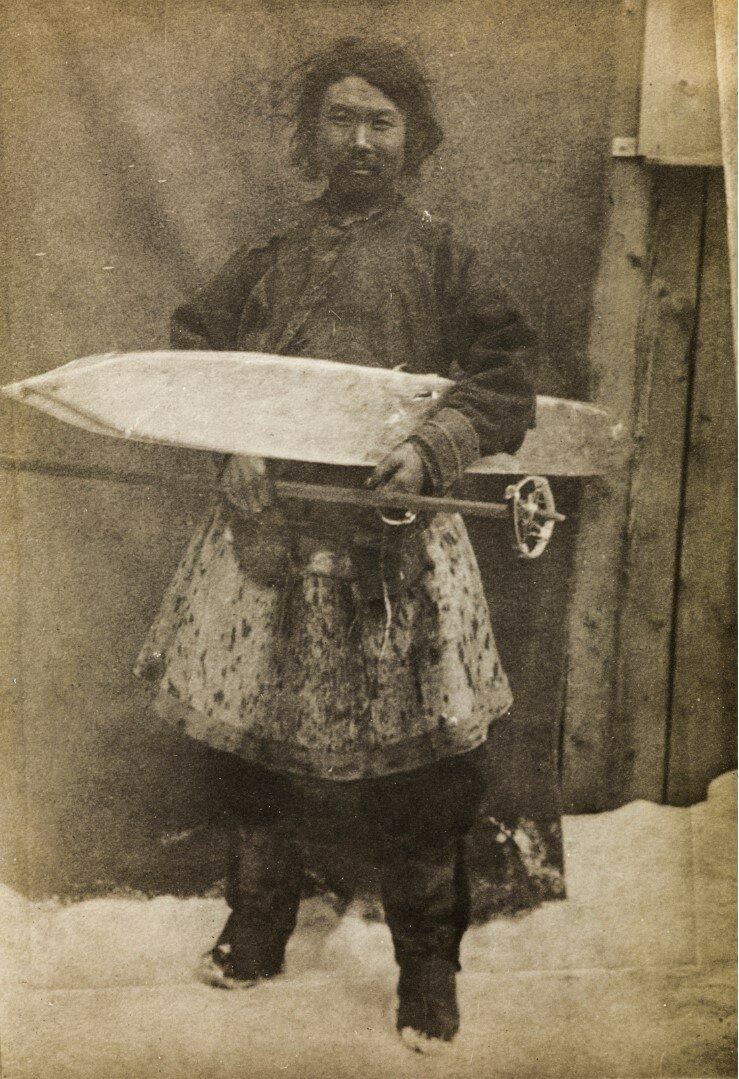 Женщина нивх в своей зимней одежде